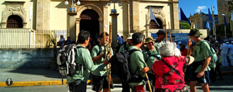 Peregrinos chegando na Basílica Velha de Nossa Senhora de Aparecida