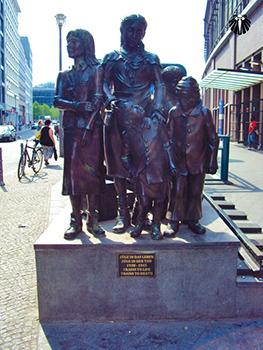 Estátua em homenagem as mulheres alemãs. Thumb
