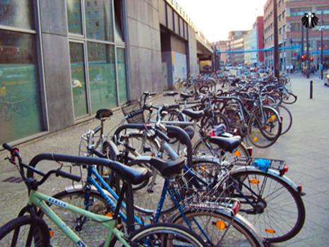 Bicicletário na estação de trem - metrô da AlexanderPlatz. Thumb