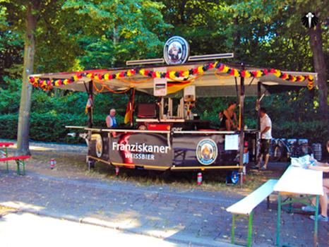 Barraca típica de cerveja alemã na FifaFanFest Berlim 2010. Thumb