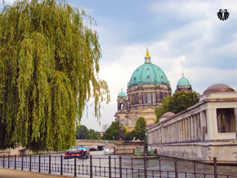 Vista da Catedral de Berlim as margens do Rio Spree. Thumb