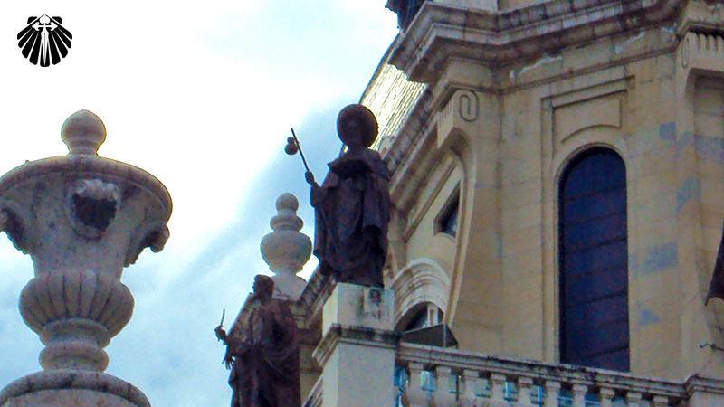 Peregrino no alto da Catedral de Madri