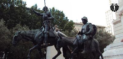 Estátua de Don Quixote e Sancho Pança, ícones da literatura de Cervantes.
