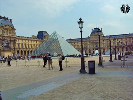 Museu do Louvre, entrada principal. Thumb