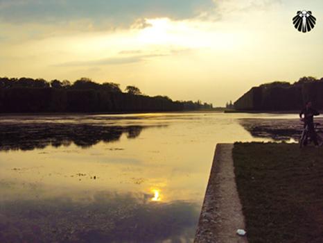 Pôr do Sol visto dos jardins do Palácio de Versailles. Thumb