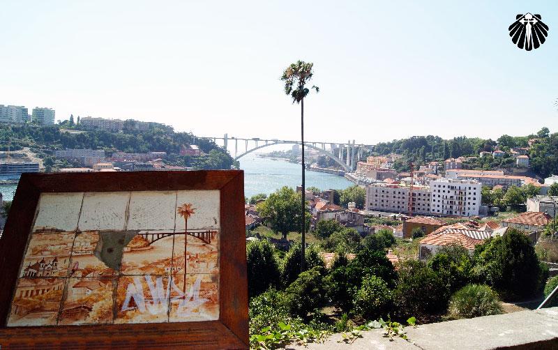 Vista ao longe da Ponte Metálica Luís I.