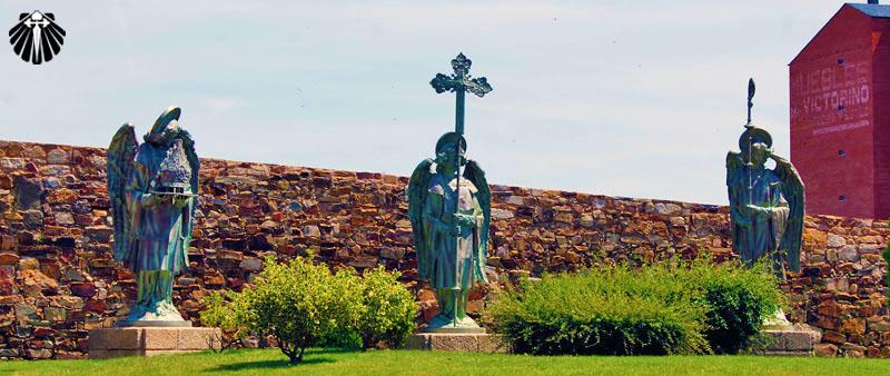 Estátuas de anjos na entrada do Palácio de Gaudí em Astorga