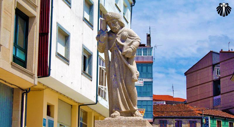 Estátua de Santiago Peregrino no vilarejo de Palas de Rei.