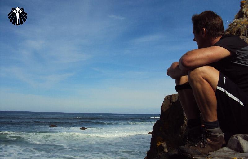 Peregrino apreciando a paisagem numa das Praias do Caminho do Norte