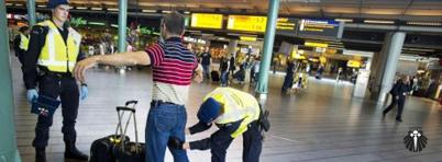 Revista em aeroporto europeu